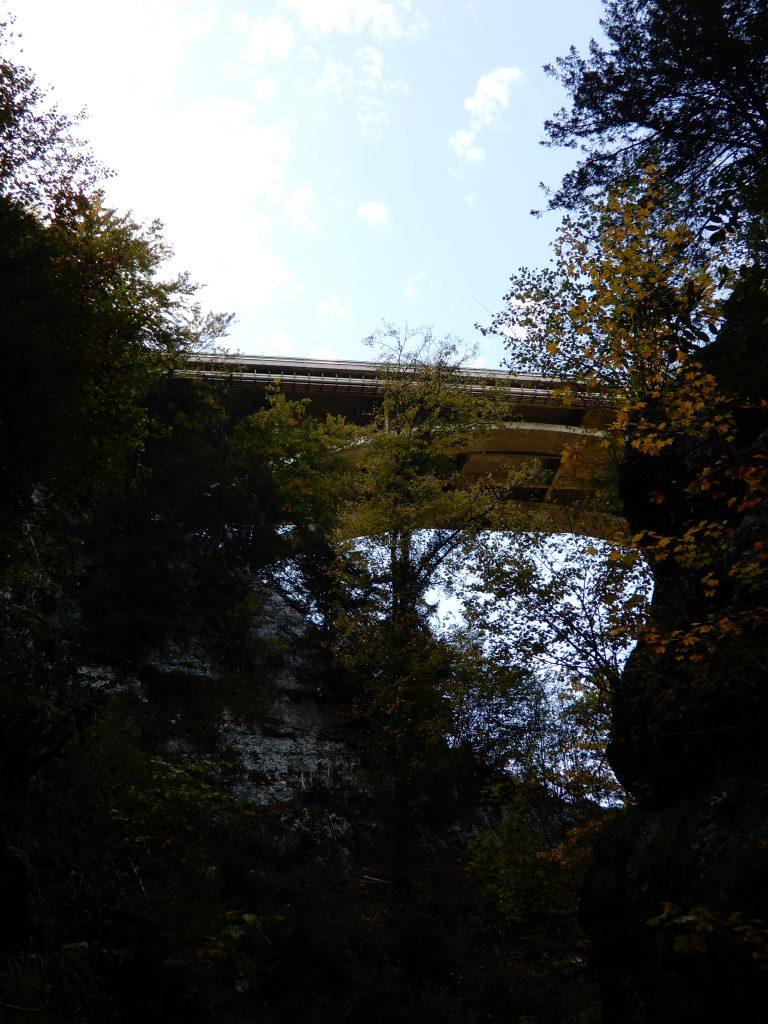 Die Autobahnbrücke über der Schlucht