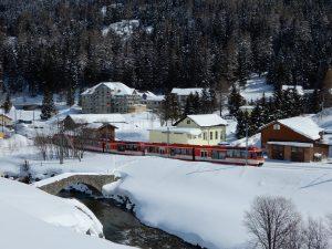 Alte Steinbrücke mit Zug der MGB