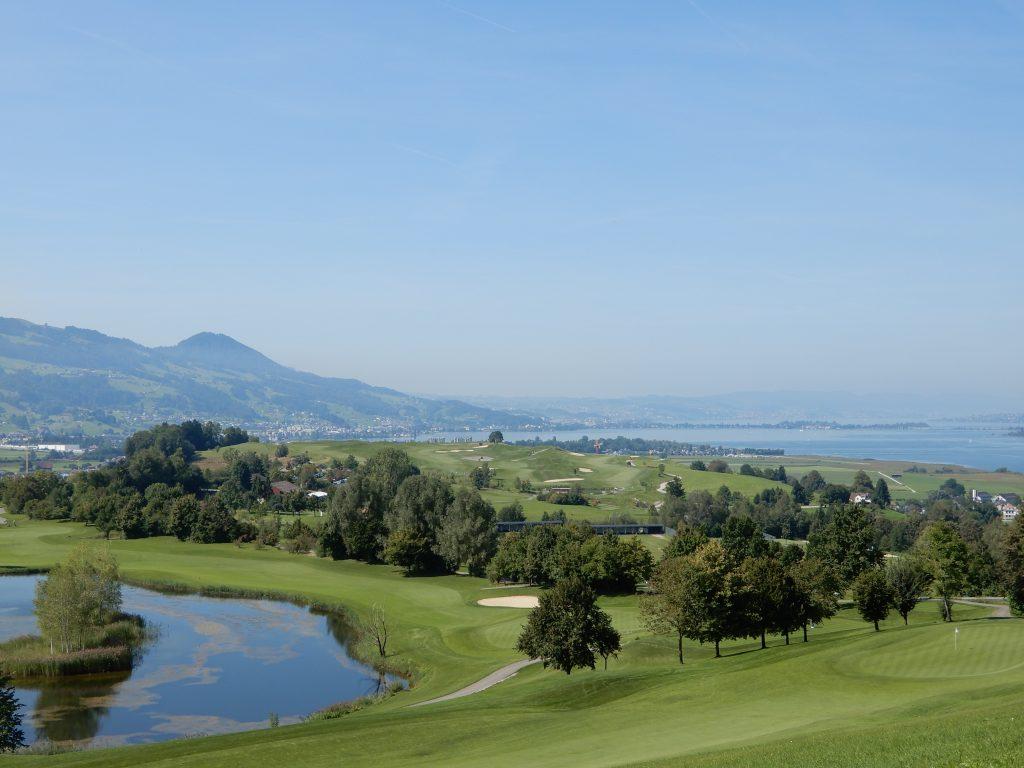 Ausblick über den Golfpark zum Zürichsee