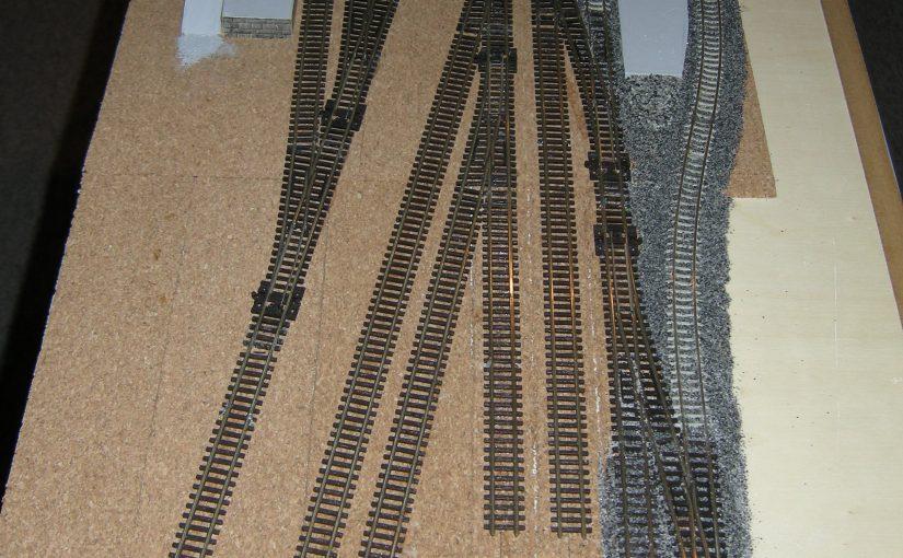 Die Gleise sind fast fertig geschottert, nur die Rangiergleise fehlen noch