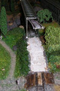 Das Gleis wurde angehoben und der Boden abgetragen