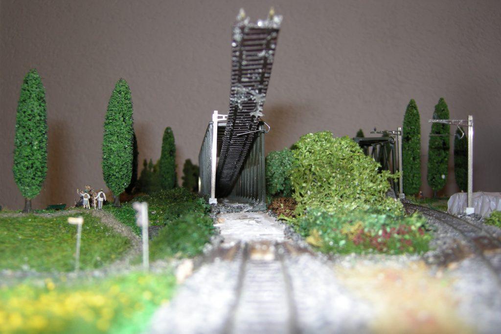 Das Gleis hält auf dem Oberleitungsmasten