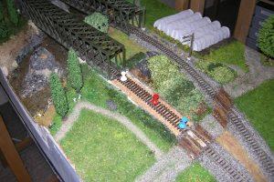 Pinnnadeln sichern das Gleis