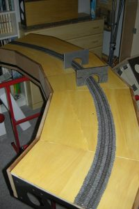 Fertig geschottert, Tunnelportale probeweise aufgestellt