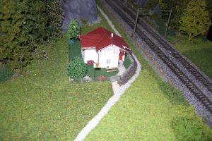 Das Streckenwärterhaus hat nun auch grün drumherum