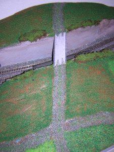 Die Brücke über den Geländeeinschnitt ist eingebaut