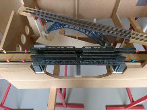 Die zweite Brücke ist eingepasst und die Gleise verlegt und verleimt, nun muss es noch trocknen