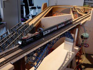 ...mit einer Hobbytrain-Lok und zwei IC 2000-Wagen