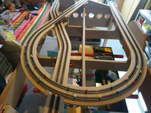 Das letzte Stück Gleis ist verlegt, nun muss nur noch der Leim trocknen.