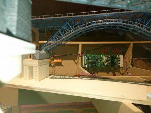 Blick unter der Bietschtalbrücke auf die Blockelektronik