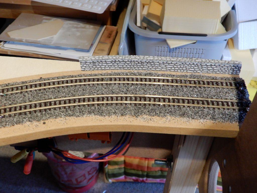 Gleis geschottert und eine kurze Stützmauer gebaut