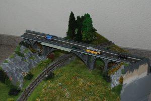 Der Verkehr auf der Brücke rollt